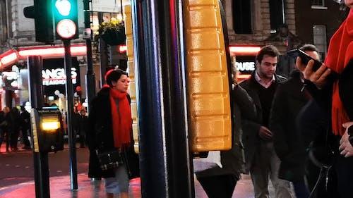 Pessoas Andando Na Rua De Londres