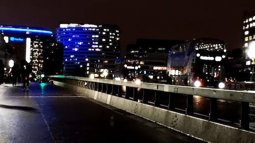 Yaya Köprüsünde Yürüyen İnsanların Ve Seyahat Eden Araçların Gece Videosu