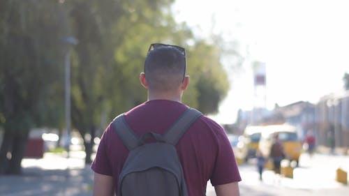 Man Lopen In De Straat Met Rugzak