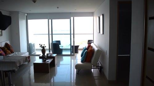 Yüksek Katlı Bir Apartman Balkonundan Göl Manzarası