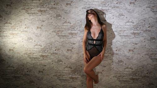 Eine Sexy Frau Posiert In Schwarzen Verführerischen Dessous