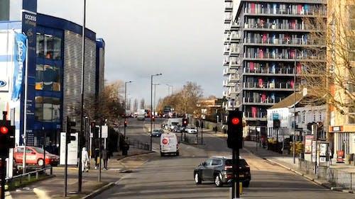 Кадры из автомобилей, пересекающих городскую дорогу, в промежутке времени