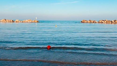 Ein Felsen Des Dammes, Der Die Küste Schützt