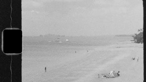 đoạn Phim Cũ Về Những Người Dành Thời Gian Trên Bãi Biển