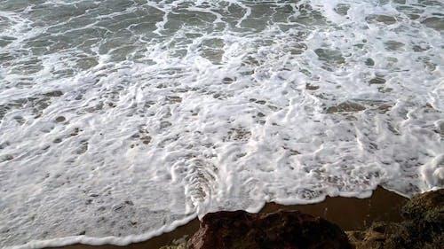 強風波沖刷了海岸的岩層