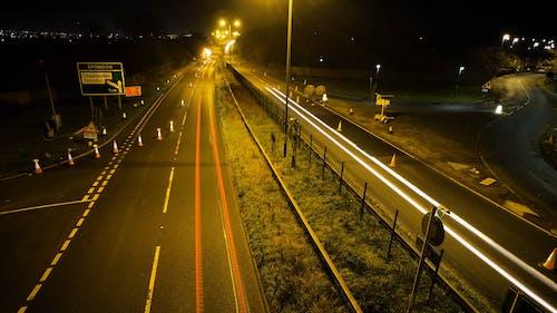 Сверхбыстрые кадры автомобиля, путешествующего ночью