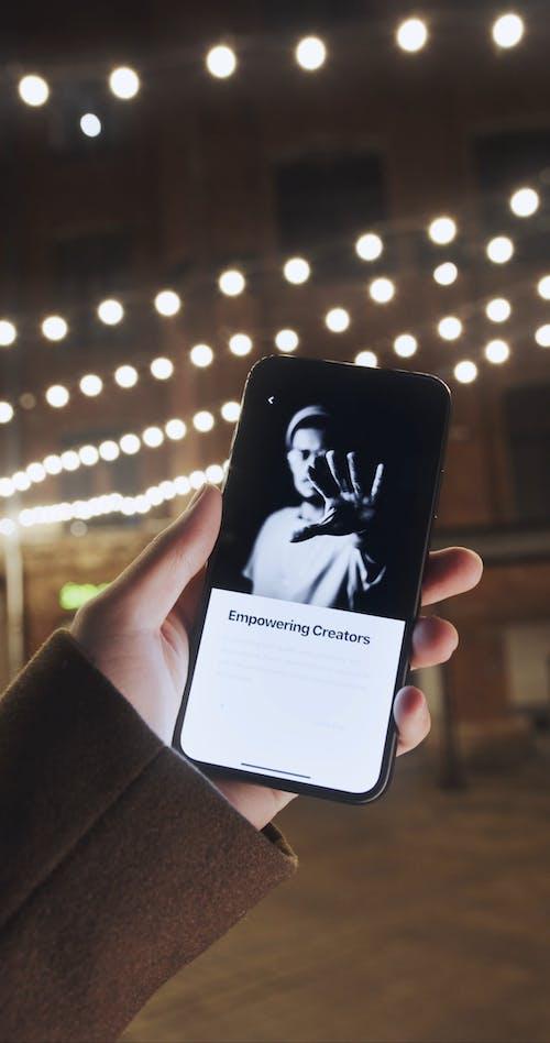 一个人在手机中的照片