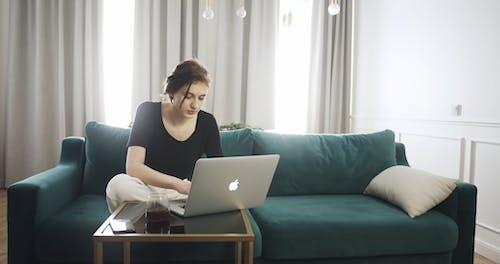 Çalışırken Bir Kanepede Oturan Kadın