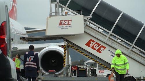 Escaleras De Camión Utilizadas Para La Descarga De Aviones