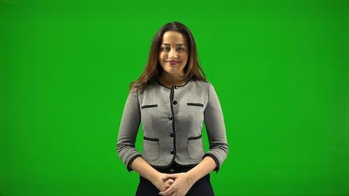 一个女人通过单词和手势练习自己的演讲技巧