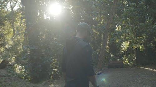 Seorang Fotografer Mengambil Foto Pemandangan Hutan