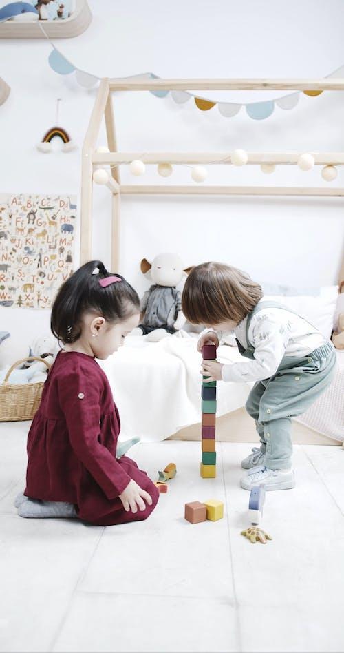 Kinderen Maken Een Speelgoedtoren Met Behulp Van Houten Bouwstenen