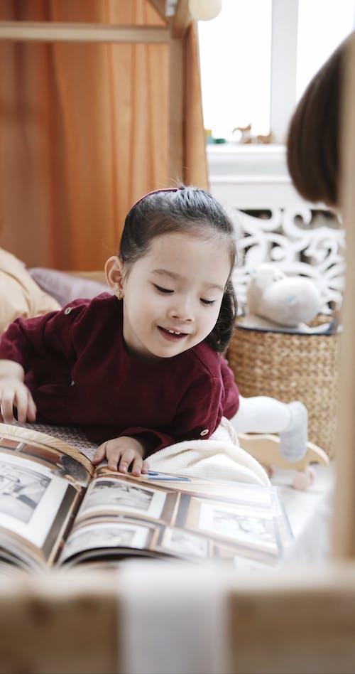 Kinderen Op Zoek En Speels Foto's In Een Boek Kiezen