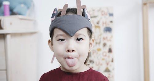 Kleines Mädchen, Das Lustige Gesichtsausdrücke Macht