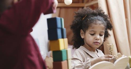 Twee Meisjes Drukke Spelen Met Speelgoed Gemaakt Van Hout