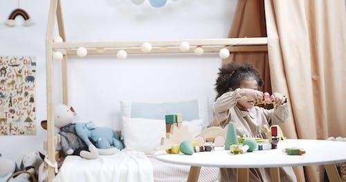 Kinderen Bezig Met Spelen Met Houten Speelgoed In Een Speelkamer