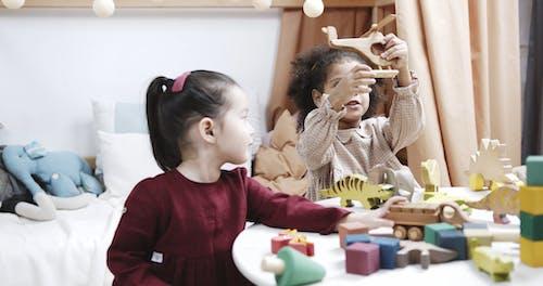 Kinderen Spelen Met Houten Speelgoedmachines