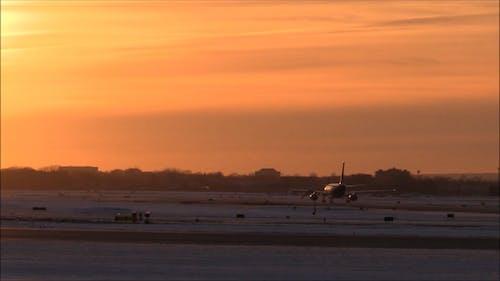 Un Avión Rodando En Un Aeropuerto
