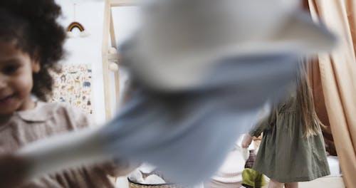 Twee Kinderen Spelen Met Knuffels Terwijl Ze Hun Lichaam Ronddraaien
