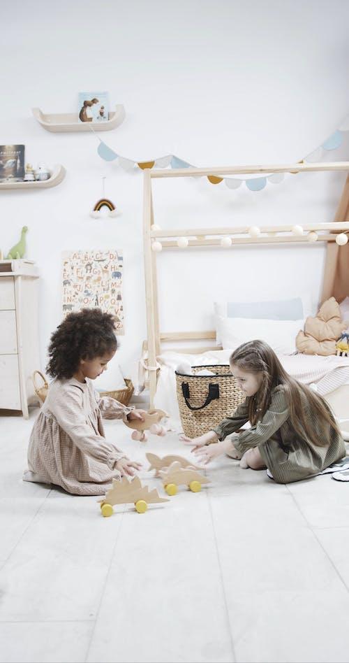 Twee Jonge Meisjes Die Met Houten Dinosaurusspeelgoed Met Wielen Spelen
