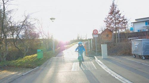 Un Ragazzo Che Guida Una Mountain Bike Blu