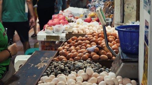 Bir Pazar Tezgahında Yumurta Satın Alan Kadın