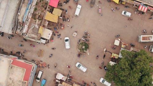 사람과 차량이 지나가는 도시의 상위 뷰 영상