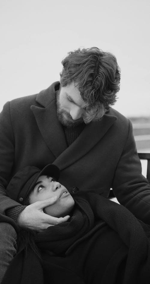 Eine Frau, Die Spricht, Während Sie Ihren Kopf Auf Dem Schoß Ihres Partners Ruht