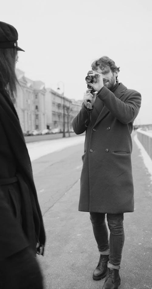 Một Người đàn ông Ghi Lại Video đối Tác Của Cô ấy Trong Khi Vui Chơi Ngoài Trời