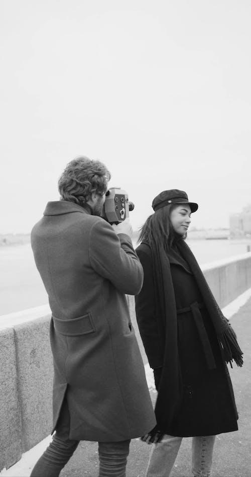 Một Người Phụ Nữ Tạo Dáng Tinh Nghịch để Quay Video