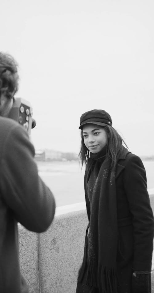 Một Người Phụ Nữ Tạo Dáng Tinh Nghịch Cho Một Bản Ghi Video Do đối Tác Của Cô ấy Quay