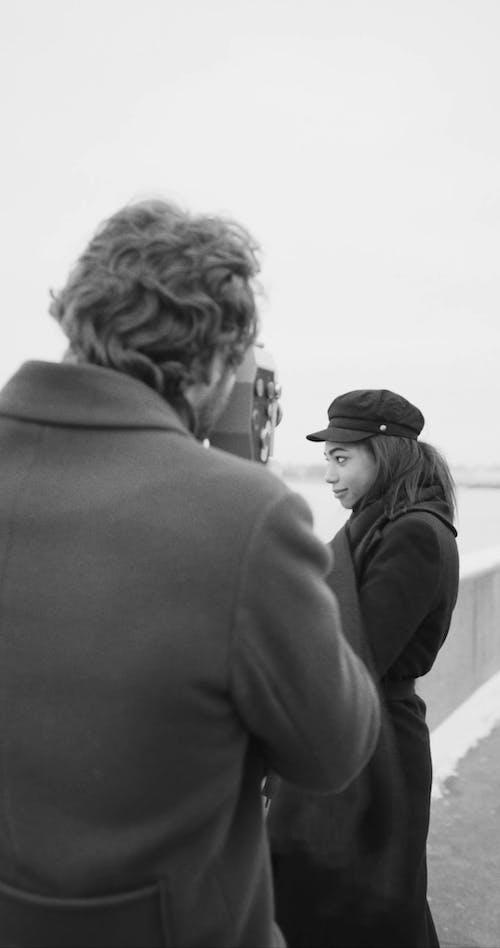Những Khoảnh Khắc Vui Vẻ Ngoài Trời Của Một Người Phụ Nữ được đối Tác Ghi Lại Bằng Máy Quay Phim