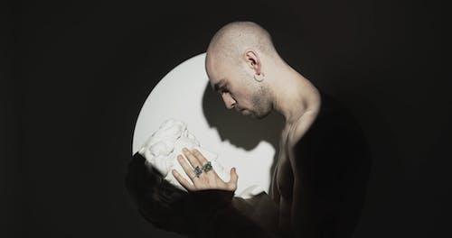 Mężczyzna Czule Dotykając Twarzy Rzeźby Popiersia Głowy
