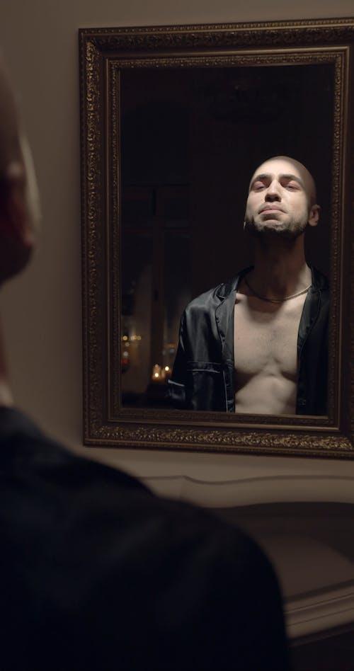 镜子里一个孤独的人的反思