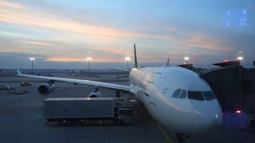 Un Avión De Carga En La Pista Del Aeropuerto