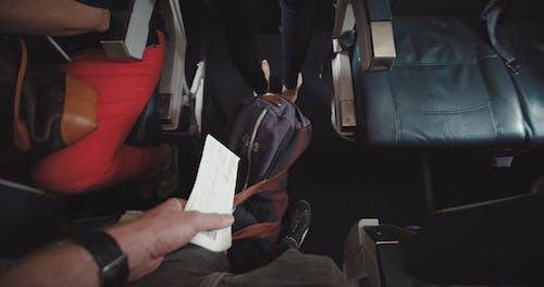 一个人在飞机上输入的画面