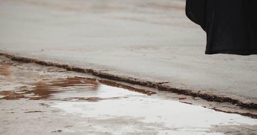 Caminando Sobre Caminos Mojados Por Lluvia