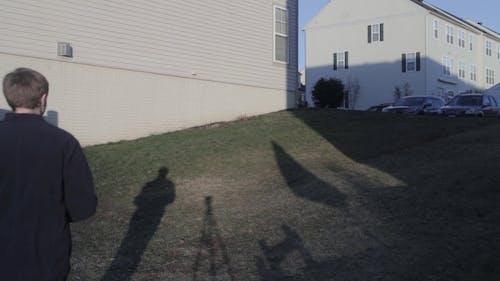 이웃의 사진을 찍는 남자