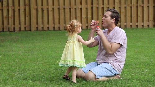 Vader Blaast Bellen Voor Haar Dochter