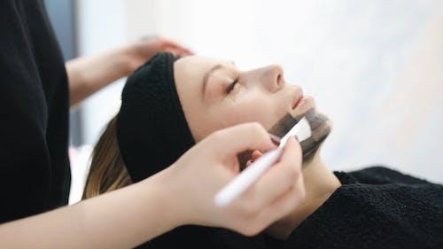 Eine Frau, Die Gesichtsbehandlung In Einer Schönheitsklinik Erhält