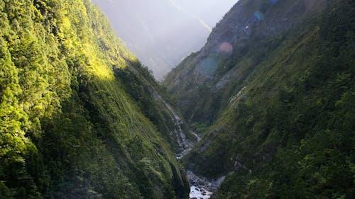 山の間の川のドローン映像