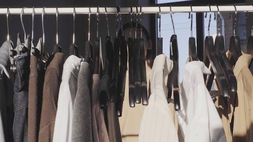 Kobieta Rozstaje Ubrania W Linii Ubrań