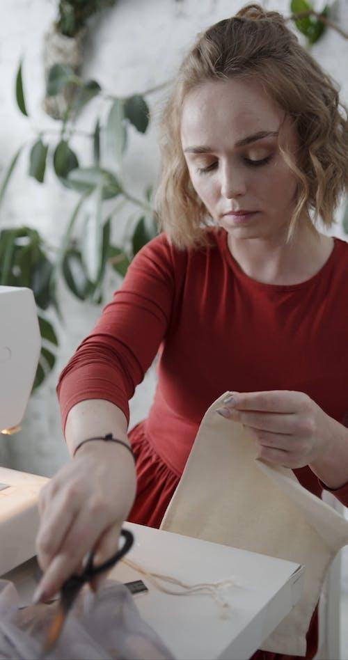 Kobieta Robi Torba Z Tkaniny Wielokrotnego Użytku I Zmywalna