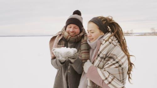 Imágenes De La Pareja Soplando La Nieve Juntos
