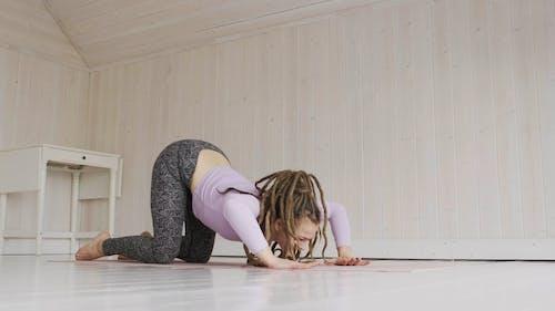 Imágenes De Una Mujer Haciendo Yoga