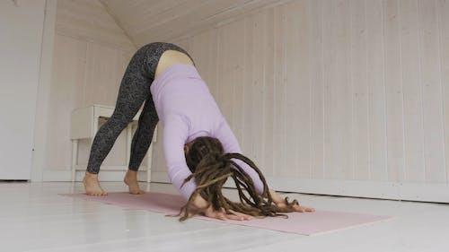 Mujer Con Rastas Haciendo Yoga