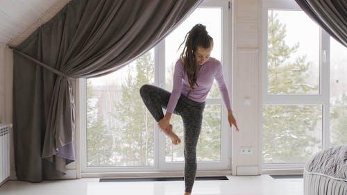 Mujer En Chaqueta Rosa Haciendo Yoga