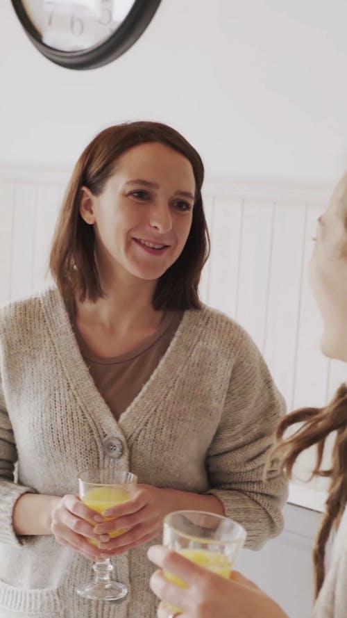Dos Mujeres En Una Conversación Mientras Toman Un Vaso De Jugo