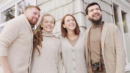 Grupo De Personas Felices Con Una Foto De Grupo