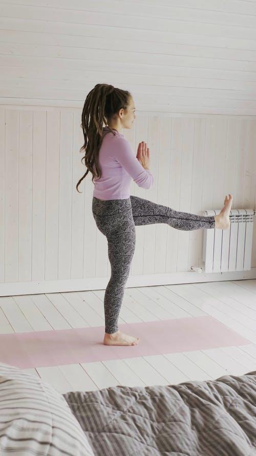 Mujer En Chaqueta Rosa Haciendo Yoga Solo